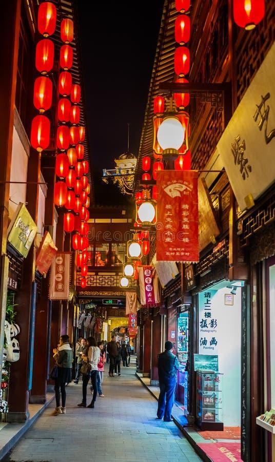 Cidade velha de Fang Bang Zhong Lu na porcelana de shanghai da noite fotografia de stock