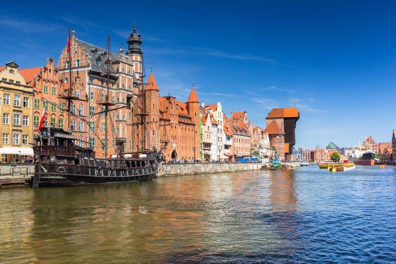 Cidade velha de Gdansk com o guindaste portuário histórico refletido no rio de Motlawa, Polônia foto de stock