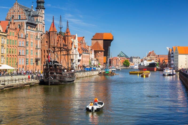 Cidade velha de Gdansk com o guindaste portuário histórico refletido no rio de Motlawa, Polônia imagens de stock royalty free
