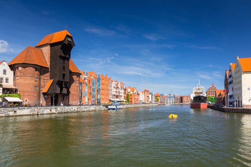 Cidade velha de Gdansk com o guindaste portuário histórico refletido no rio de Motlawa, Polônia fotografia de stock