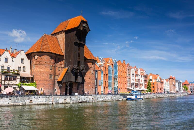 Cidade velha de Gdansk com o guindaste portuário histórico refletido no rio de Motlawa, Polônia imagens de stock