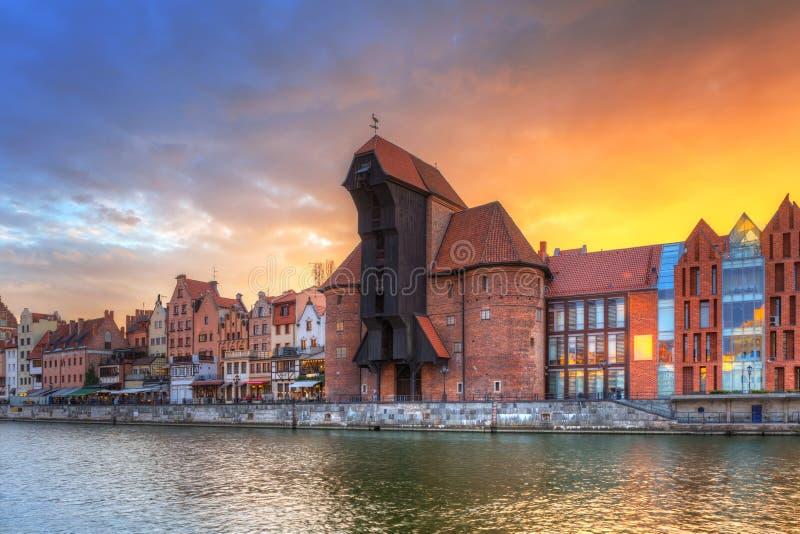 Cidade velha de Gdansk com o guindaste portuário histórico sobre o rio de Motlawa no por do sol, Polônia imagens de stock royalty free