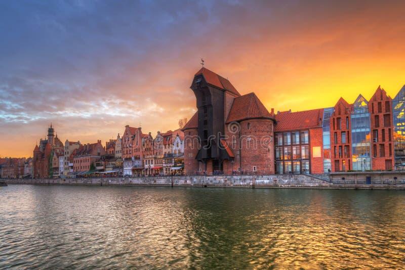 Cidade velha de Gdansk com o guindaste portuário histórico sobre o rio de Motlawa no por do sol, Polônia fotografia de stock