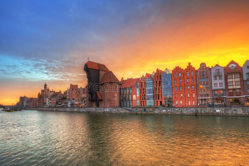 Cidade velha de Gdansk com o guindaste portuário histórico sobre o rio de Motlawa no por do sol, Polônia fotos de stock
