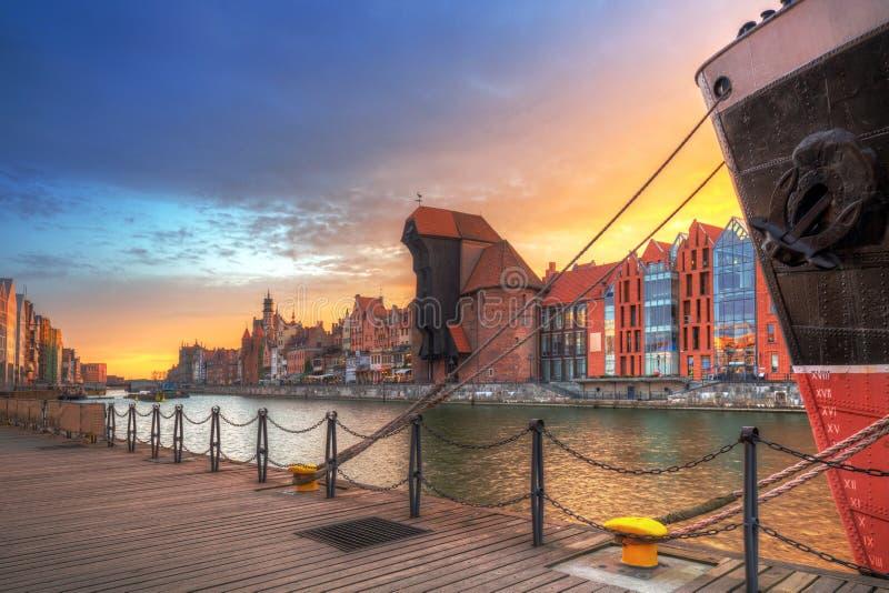 Cidade velha de Gdansk com o guindaste portuário histórico sobre o rio de Motlawa no por do sol, Polônia fotos de stock royalty free