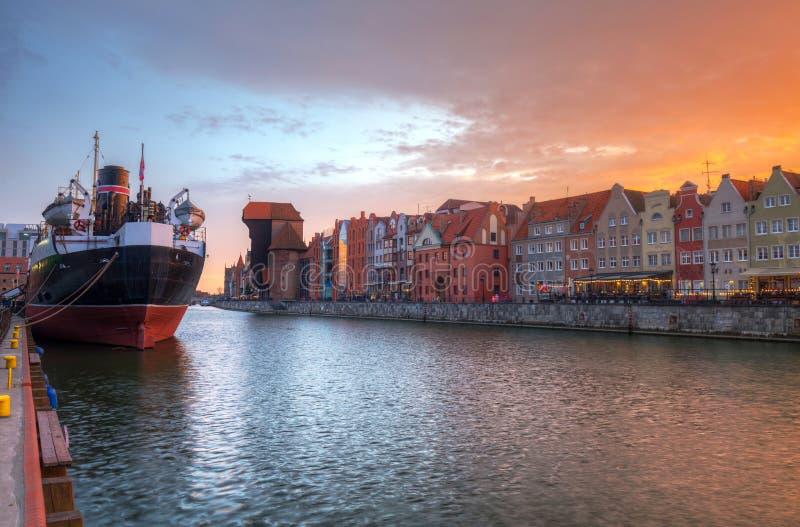 Cidade velha de Gdansk com o guindaste portuário histórico sobre o rio de Motlawa no por do sol, Polônia imagem de stock