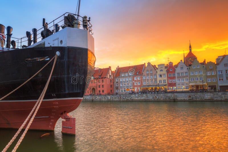 Cidade velha de Gdansk sobre o rio de Motlawa no por do sol, Polônia fotografia de stock royalty free