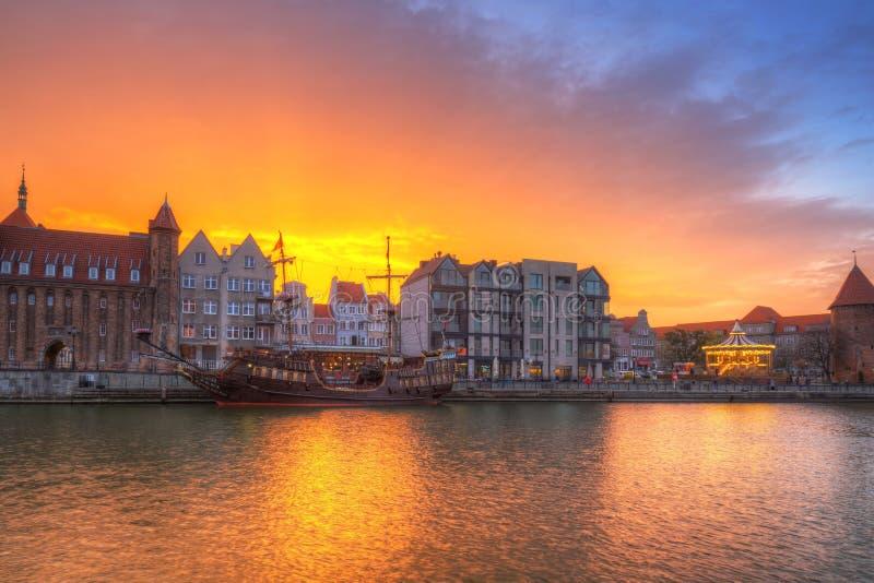Cidade velha de Gdansk sobre o rio de Motlawa no por do sol, Polônia fotografia de stock