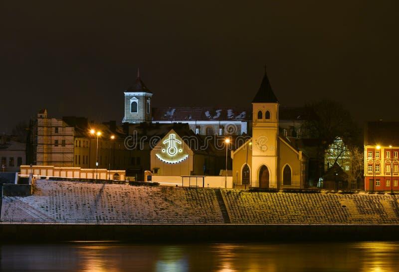 Cidade velha de Kaunas, relógio de sol, opinião da noite do rio de Nemunas imagens de stock royalty free