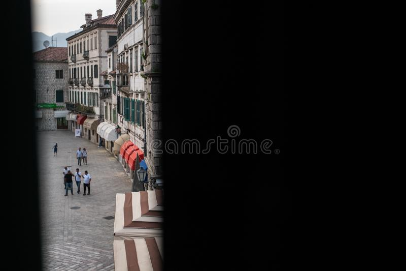 Cidade velha de Kotor, Montenegro, tiro atrav?s dos obturadores entreabertos da janela imagens de stock royalty free