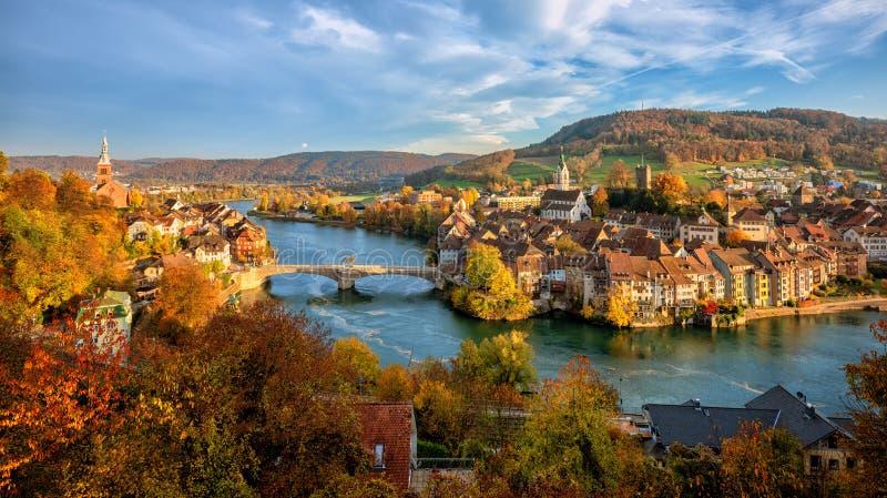 Cidade velha de Laufenburg em Rhine River, Suíça - beira de Alemanha fotos de stock