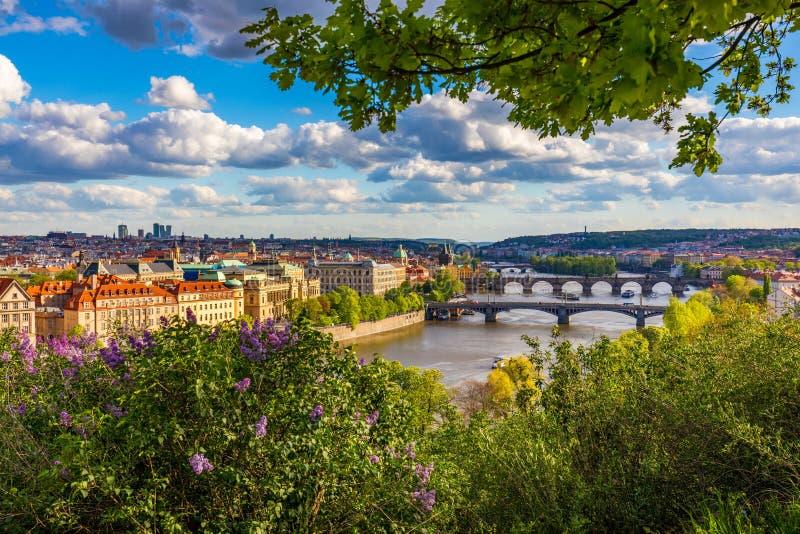 Cidade velha de Praga Rep?blica Checa sobre o rio Vltava com Charles Bridge na skyline Opini?o da paisagem do panorama de Praga c foto de stock royalty free