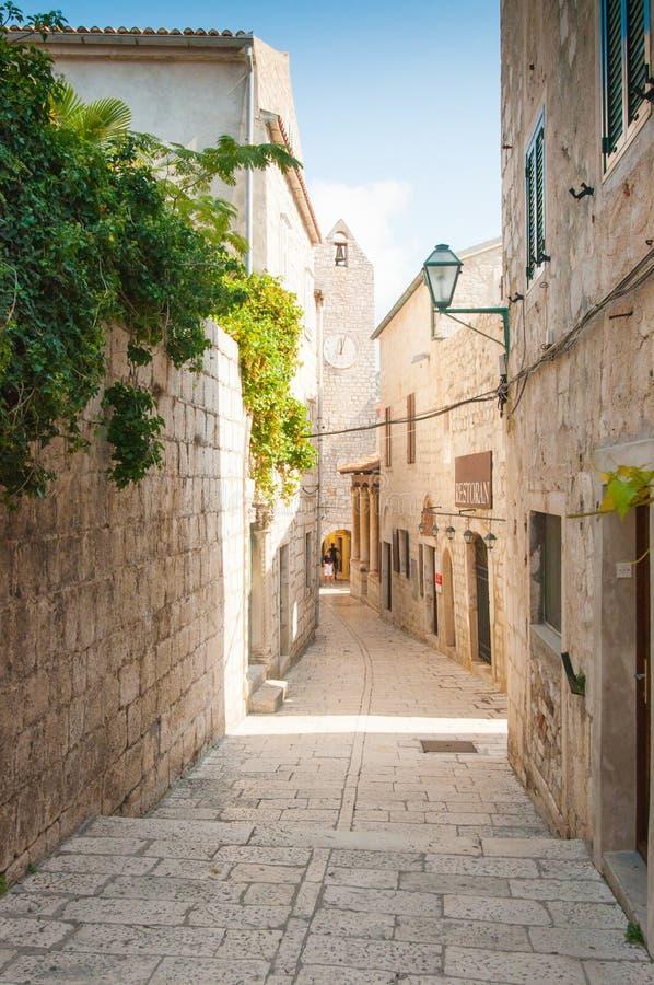 Cidade velha de Rab na ilha de Rab, Croácia, uma cidade histórica encantador imagem de stock