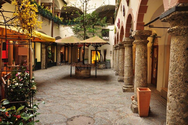 Cidade velha de Salzburg, Áustria. Pátio interno. fotografia de stock