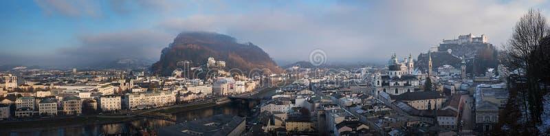 Cidade velha de salzburg no alvorecer - vista panorâmica do mönchsberg h fotos de stock