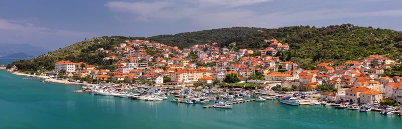 Cidade velha de Trogir em Dalmácia, Croácia Cidade velha de Trogir Perto da separação na Croácia A cidade pitoresca e histórica d imagens de stock