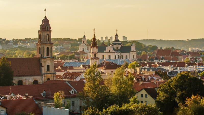 Cidade velha de Vilnius, Lituânia Torres de igrejas medievais fotos de stock