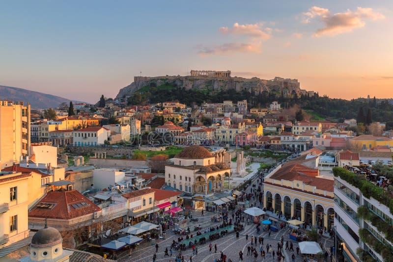 A cidade velha do monte de Atenas e de acrópole no por do sol fotos de stock royalty free