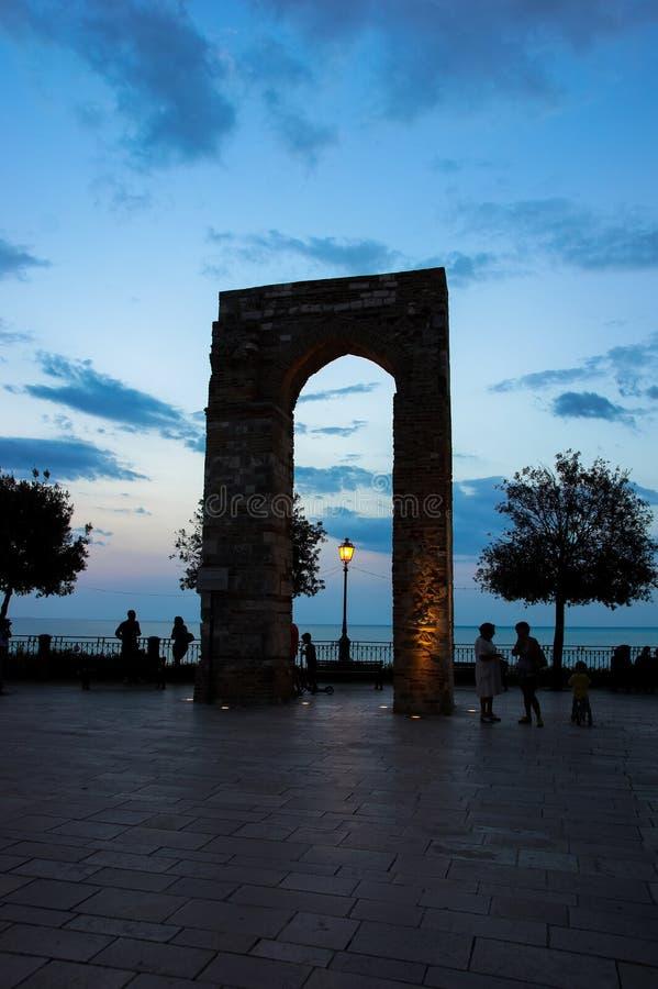 Cidade velha em Numana, Itália Torre histórica do La Torre A cidade é ficada situada na costa adriático fotos de stock royalty free