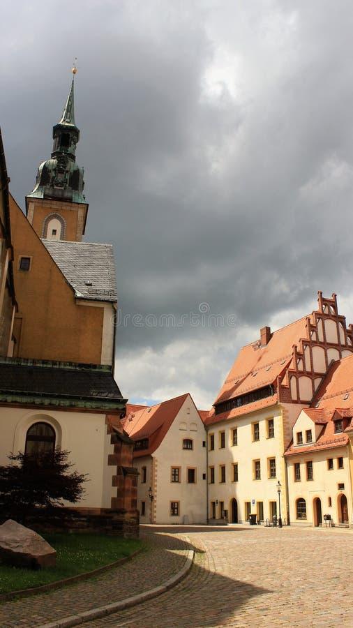 Cidade velha histórica da igreja de Freiberg e do Local Buildibg imagens de stock