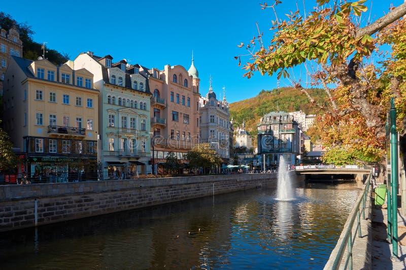 A cidade velha histórica de Karlovy varia em República Checa imagem de stock