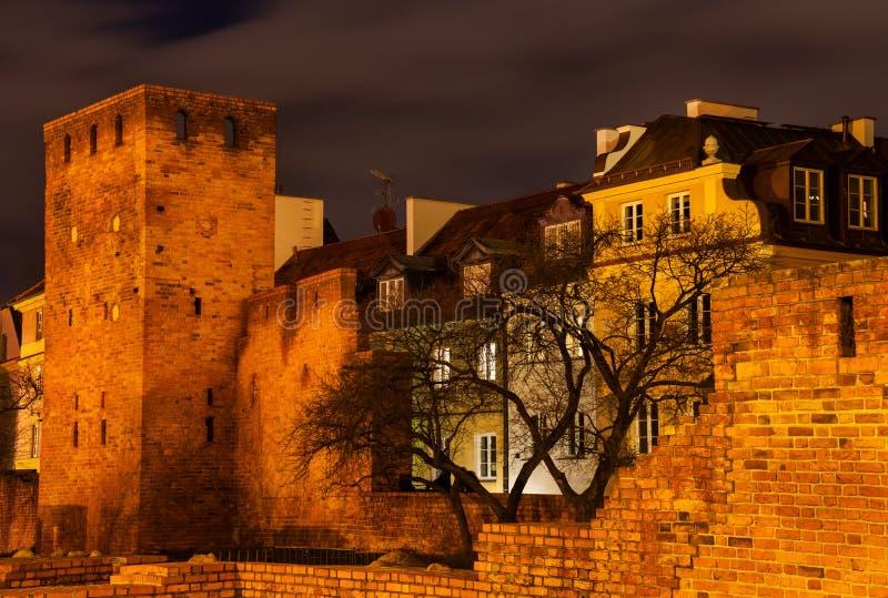 Cidade velha murada de Varsóvia na noite imagem de stock