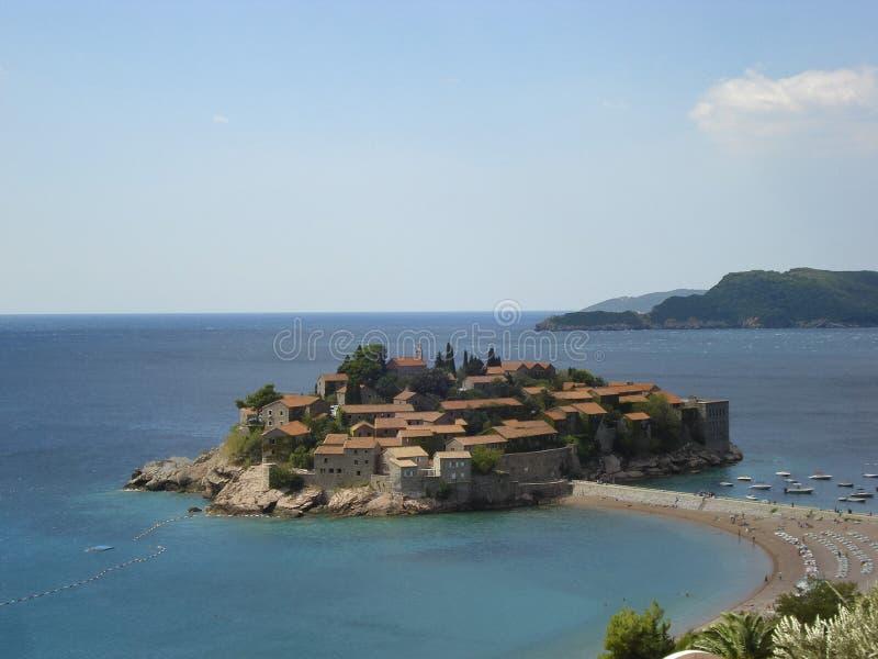 A cidade velha na ilha de St Stefan no mar de adriático (Montenegro) imagem de stock