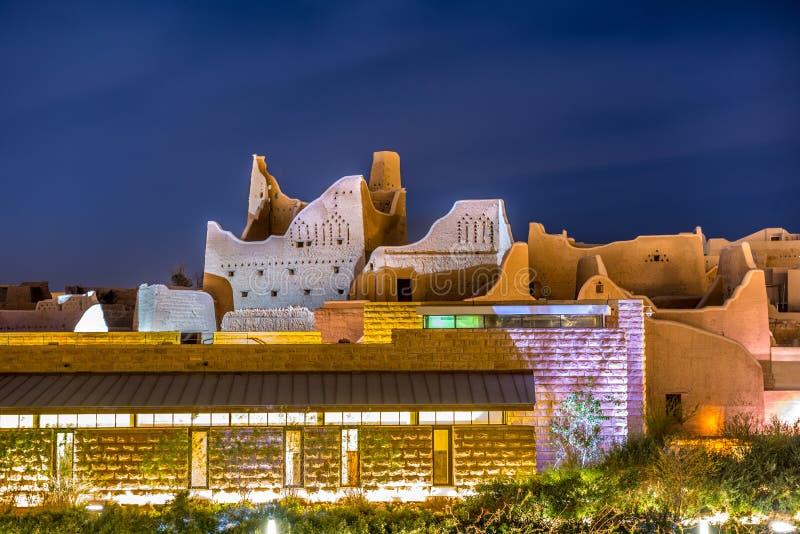 """Cidade velha na noite na obscuridade, Al Bujairi de Diriyah, Riyadh, KSA - Arábia Saudita Aldereya - †""""AlDiriyah da vila da her foto de stock"""