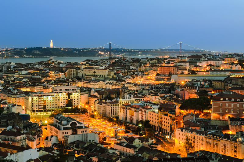 Cidade velha na noite, Portugal de Lisboa fotos de stock royalty free
