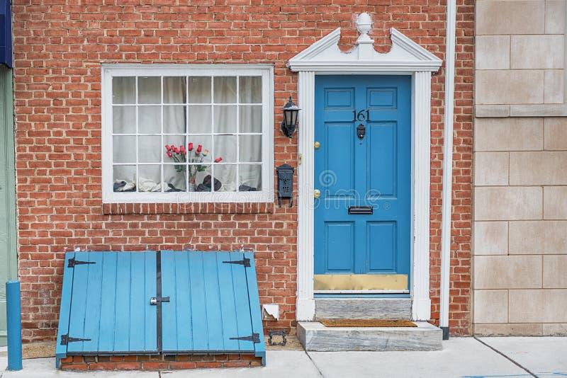 Cidade velha Philadelphfia, estado de Pensilvânia, EUA Portas do azul da casa e do vintage do tijolo imagem de stock royalty free