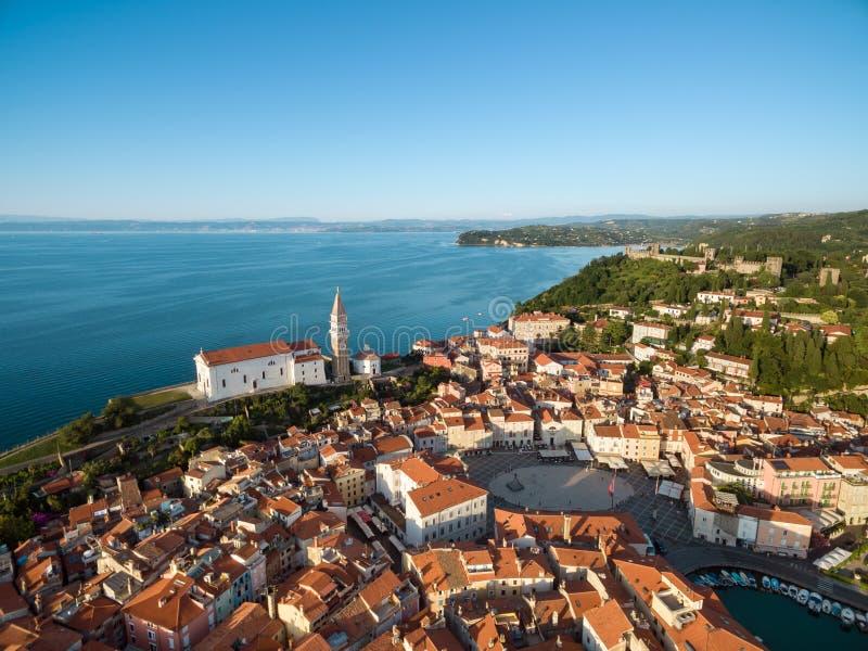 A cidade velha Piran e Tartini esquadra, opinião do olho do ` s do pássaro Foto aérea imagem de stock
