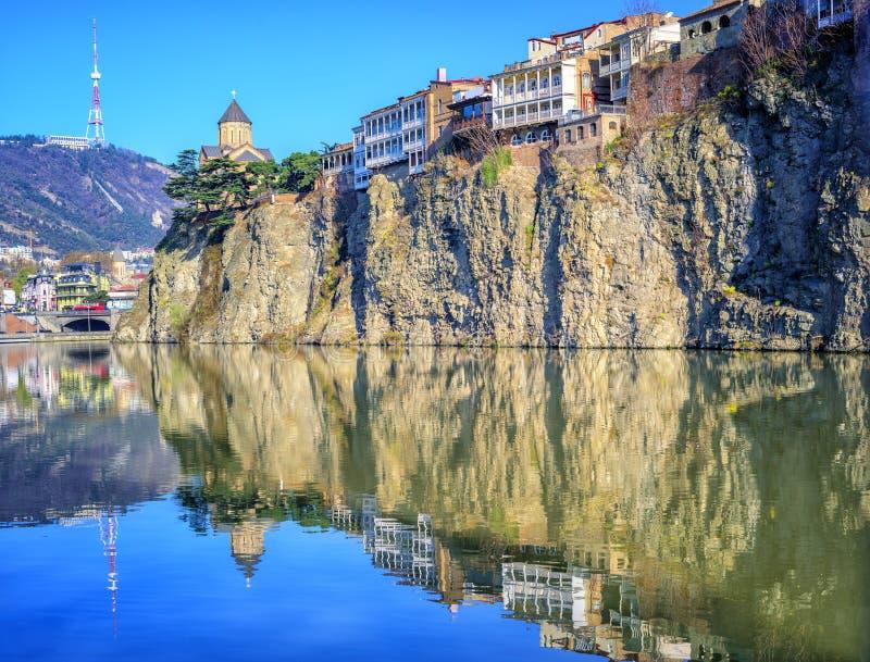 Cidade velha Tbilisi, rocha de Metekhi e rio, Geórgia fotos de stock royalty free