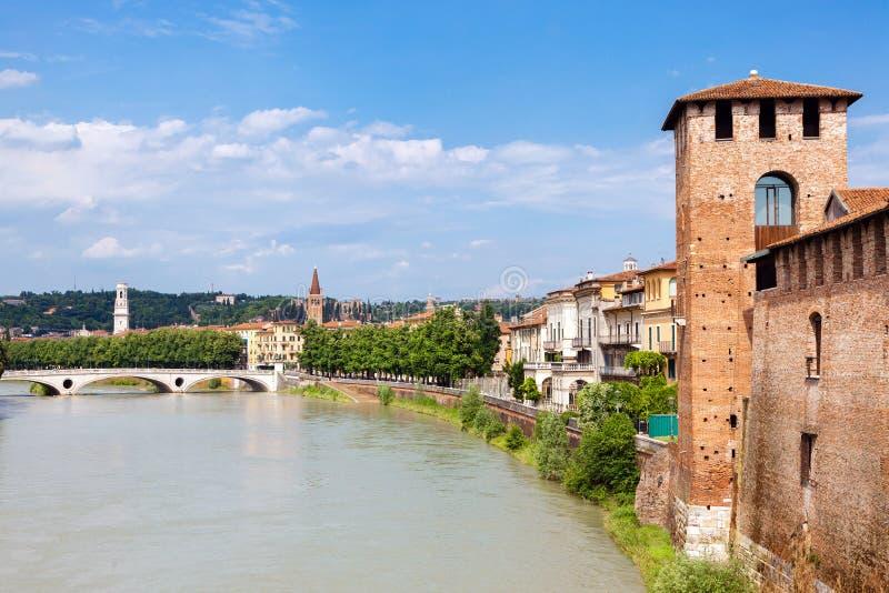 Cidade Verona nos bancos do rio, Itália imagem de stock
