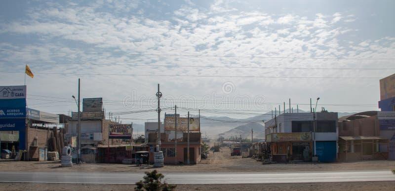 Cidades ao longo do sul do título da estrada no Peru fotos de stock