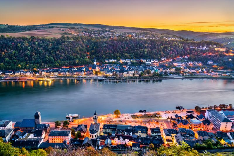 Cidades de Sankt Goarshausen e de Sankt Goar, separadas pelo Rhine River germany foto de stock royalty free