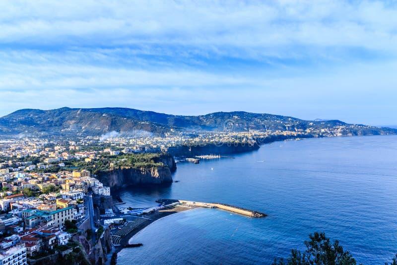 Cidades e portos na costa de Amalfi imagens de stock