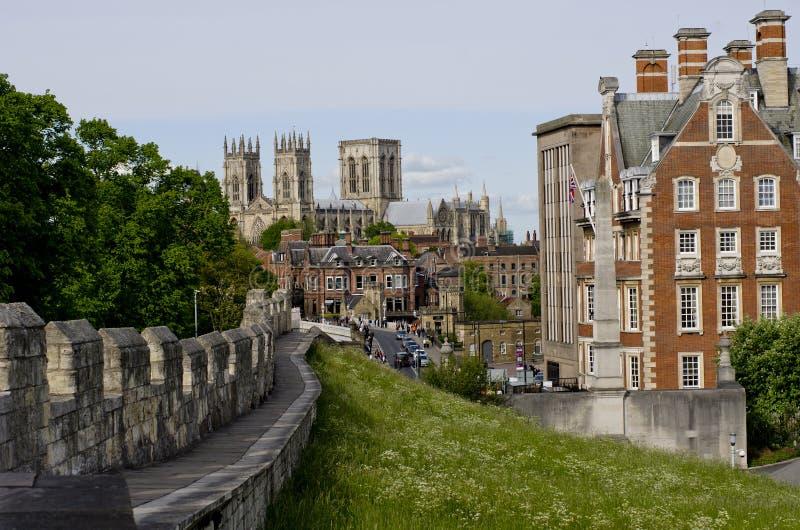 Cidades fortificadas, paredes da barra com a igreja no fundo, York de York, Reino Unido imagens de stock royalty free