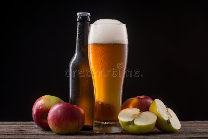 Cider in glas en fles royalty-vrije stock foto's