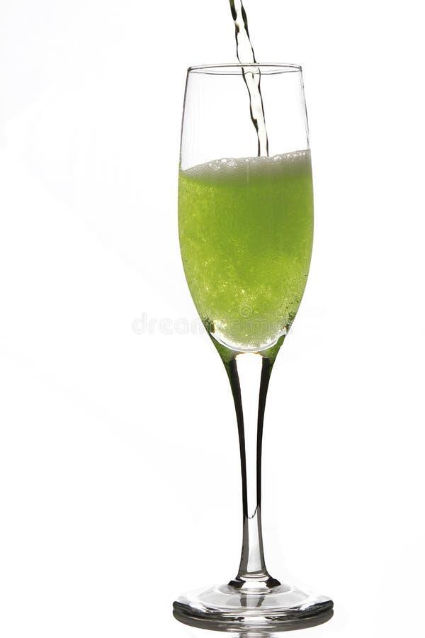 Cider het gieten in een glas stock afbeelding