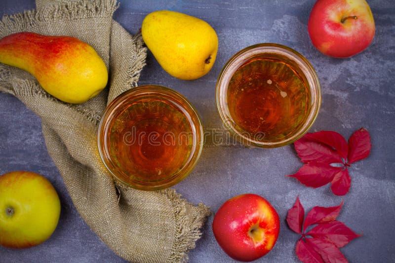 Cider met vruchten op grijze achtergrond royalty-vrije stock afbeeldingen