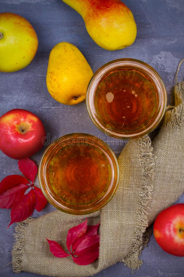Cider met vruchten op grijze achtergrond royalty-vrije stock foto's