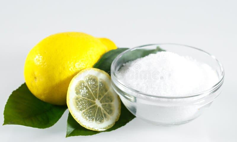 ?cido del lim?n y frutas del lim?n en el fondo blanco imagenes de archivo