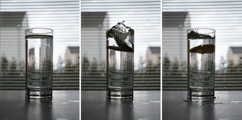 A cidra cai na água imagens de stock royalty free