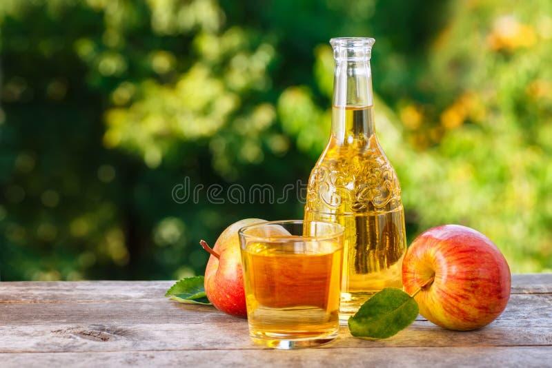 Cidra de Apple na tabela de madeira imagem de stock