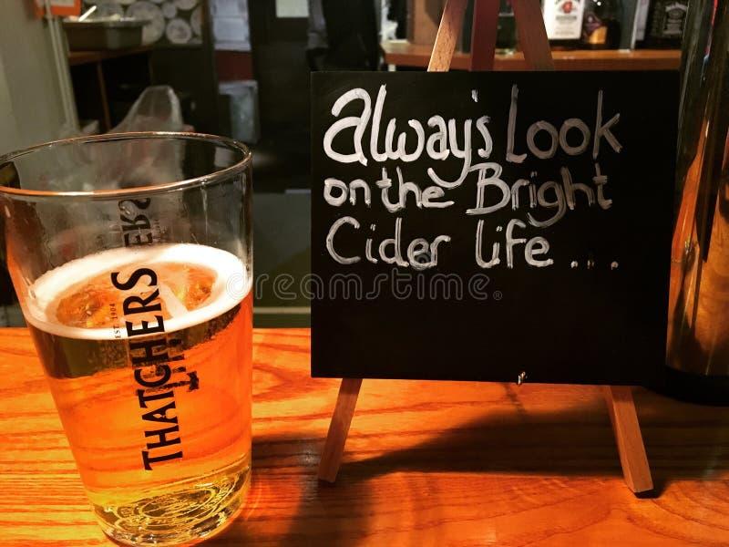 Cidra de Thatchers Somerset em um bar do país imagem de stock