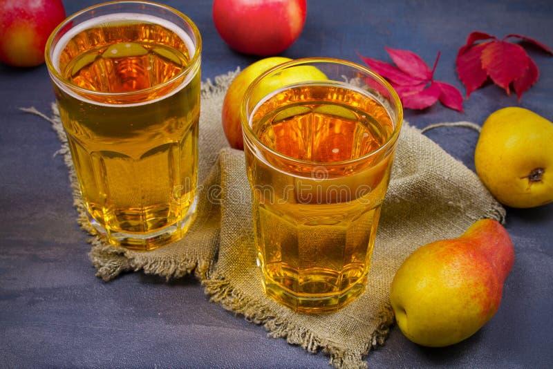 Cidre avec des fruits sur le fond gris image stock
