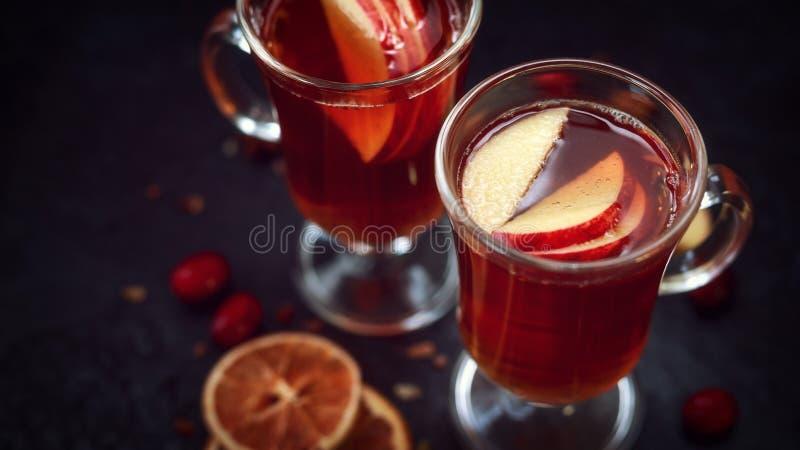 Cidre chauffé avec les épices et la pomme, fruit orange photo stock