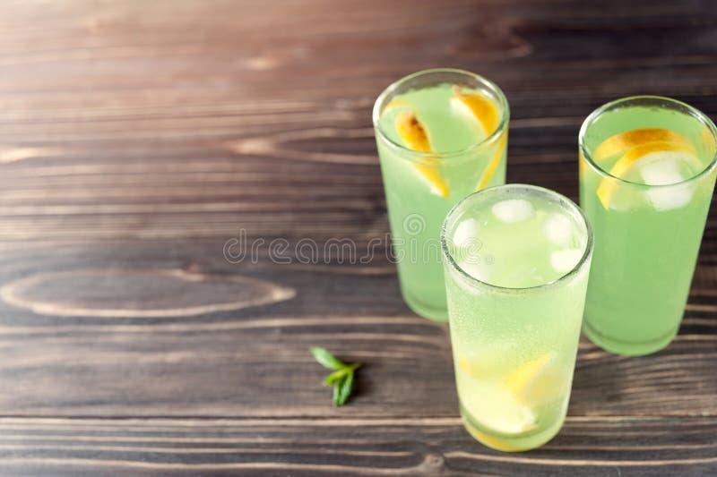 Cidre d'Apple avec les citrons et la glace photos libres de droits