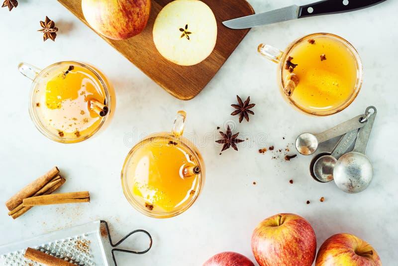 Cidre d'Apple chauffé épicé chaud photo stock