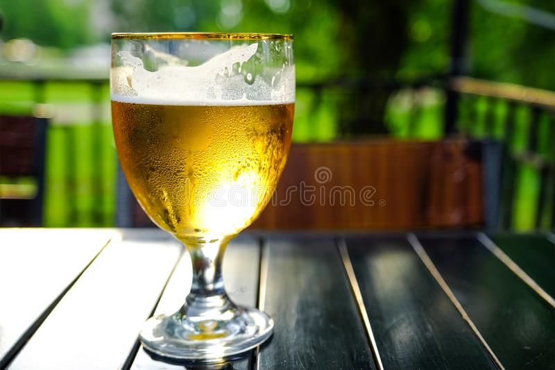 Cidre d'Apple régénérateur avec des glaçons sur une table en bois Cidre dans le verre Café extérieur d'été photo stock